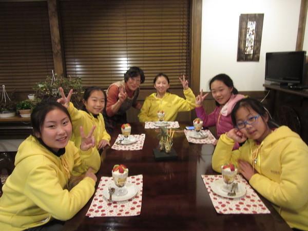 ペンションに分宿した中国湖北省の小学6年生の皆さん(デザートタイム)