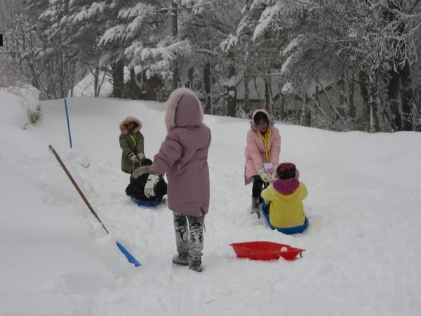 朝は降り積もった雪にビックリの子ども達!早速外に・・・